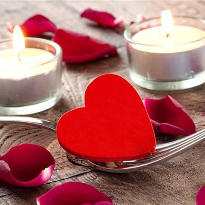 Kerze, Rosenblätter, Gabel