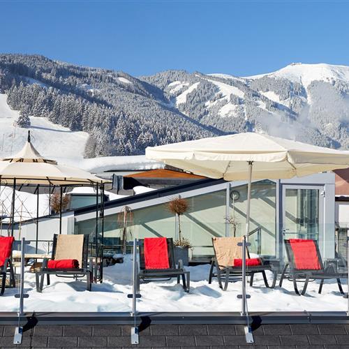 Dachterrasse des Romantik Hotels mit Schnee