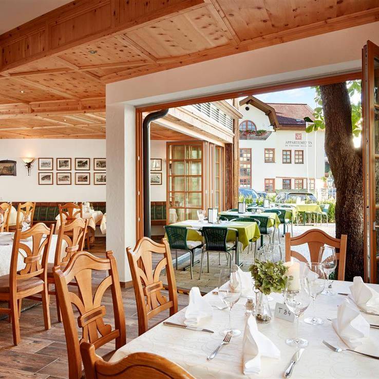 Romantic restaurant at the Romantikhotel Zell am See with view to the outside