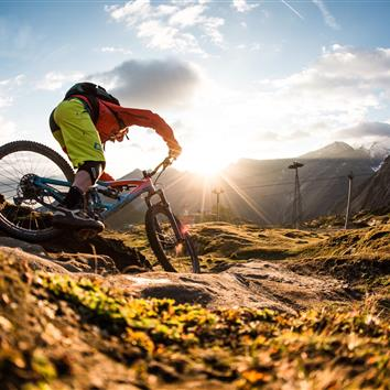 Mountainbiker auf Single Trail am Kitzsteinhorn in Kaprun