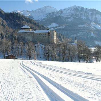 Cross-country slopes with a view of the old castle in Kaprun