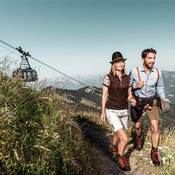 Couple hiking on the Schmitten with cable car